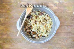 Соединить с обжаренными грибами, ещё раз попробовать на соль и начинка готова.