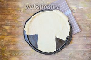 Для удобства формирования пирога, лучше взять  круглую форму. Раскатать тесто в круг, переложить в форму или на лист, вырезать форму гриба.