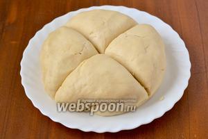 Заранее приготовленное тесто достаем из холодильника, согреваем в течение 30 минут, делим пополам на 2 пирога. Далее работаем с одной половиной. Ее нужно разделить на 4 равные части, и пусть они ещё полежат под салфеткой, пока готовится масса для прослойки.