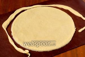 Раскатываем первую часть в круг толщиной 1-2 мм и обрезаем его ровно по тарелке диаметром 21 см.