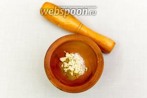 Чеснок нарежем мелко, смешаем с солью, перцем, кориандром.