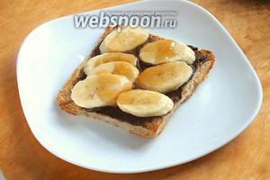 Выложите сверху перемешанные с лимонным соком бананы и смажьте их джемом.
