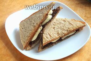 Хрустящие сэндвичи с мягкой сладкой начинкой готовы! Подайте их к столу с чаем или молоком. Приятного аппетита!