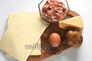 Для приготовления нам понадобятся тесто слоёное, яйцо для смазывания, кунжут, фарш свиной, лук репчатый, картофель, соль, перец чёрный молотый, приправа для мяса, сыр твёрдый.