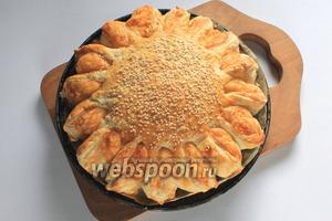 Выпекать пирог в разогретой до 180°C духовке 30-35 минут до румяного цвета.