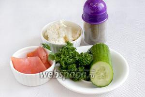 Для закусочных корзинок потребуются форель подкопченная, огурец, зелень, пастообразный творог, перец, соль, лимонный сок и цедра, а так же корзинки.