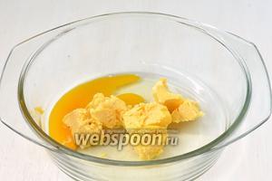 Соединить масло комнатной температуры и яйцо. Взбить.