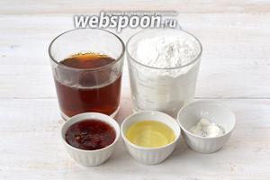Для приготовления постных вафель нам понадобится крепкий чёрный чай, мука, малиновое варенье, подсолнечное масло, разрыхлитель.