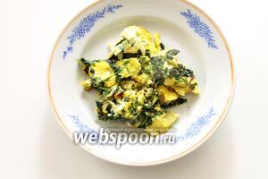 Яичница со шпинатом по-кавказски готова! Подавать с чесночно-йогуртовым соусом.