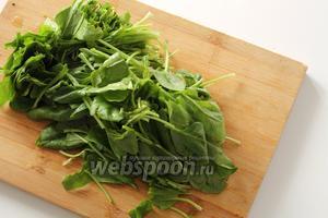 Шпинат перебрать, отрезать корешки и удалить жёлтые листочки. Тщательно промыть от грязи. Поделить листья шпината на 2-3 части. Можно это сделать просто руками.