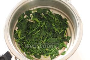 Затем вылить содержимое кастрюли в дуршлаг. Подождать, пока вся вода стечёт и шпинат остынет.