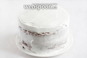 Обмазать торт сливками со всех сторон.