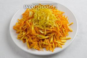 Апельсины и лимоны вымыть, обсушить. Снять тонкий слой цедры (без белого слоя). Нарезать её соломкой.