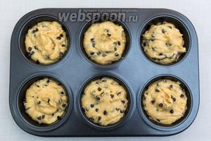 Выкладывает тесто в форму, заполняя на ⅔. Выпекаем в разогретой до 180ºC духовке на 20-25 минут.
