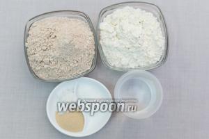 Для приготовления нам понадобятся: мука пшеничная, мука цельнозерновая, вода, соль, сахар, мёд, дрожжи, масло подсолнечное.