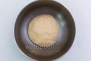 Подсыпая муку, замесим эластичное тесто. Смажем миску подсолнечным маслом и выкладываем в неё тесто. Накрываем плёнкой и ставим в тёплое место на 1 час.