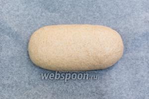 Тесто обминаем, формируем батон и выкладываем на противень, застелённый пергаментом. Накрываем полотенцем и дадим расстояться ещё 30-40 минут. Вы же можете выпекать хлеб в форме. Мне больше нравится форма батона: резать удобнее.