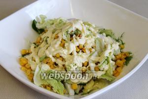 Полить салат смесью уксуса и соевого соуса, заправить майонезом.