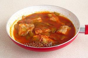 Рыбу и огурцы залить соусом и довести до кипения.