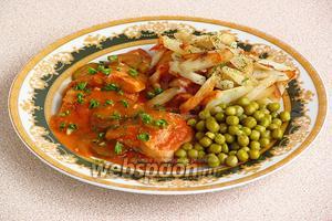 При подаче положить на тарелку куски рыбы вместе с огурцами, полить соусом и посыпать измельчённой зеленью. Гарнир — картофель в любом виде (у меня жареный) и зелёный горошек.