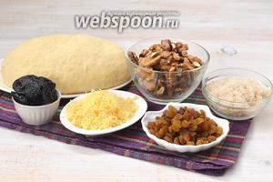 Для приготовления рогаликов нам понадобится  сырное тесто на кефире , чернослив, грецкие орехи, изюм, сахар, твёрдый сыр.