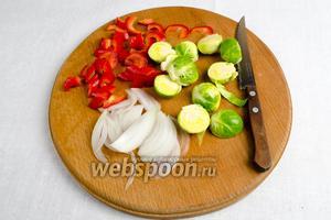 Приготовить овощи: вымыть их, обсушить, нарезать капусту половинками, лук дольками, перец кусочками.