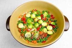 Добавить половинки капусты. Перемешать. Продолжить готовить овощи ещё 5 минут.