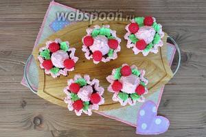 Украсить пирожные малиной, у меня мармелад в форме ягод. Охладить и подавать. Получается 6 пирожных.