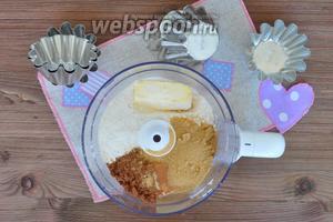 Муку, масло, сахар и какао поместить в блендер. Измельчить до состояния крошки.