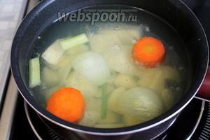 Когда овощи станут мягкими, опустить нарезанный картофель. Варить до его готовности.