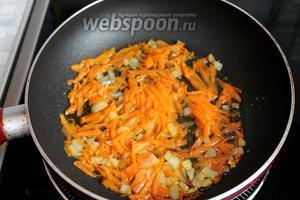 Лук и морковь припустить в бульоне с ложкой растительного масла.
