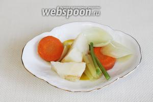 Когда картофель будет готов, но ещё не разварится, вынуть все бульонные овощи.