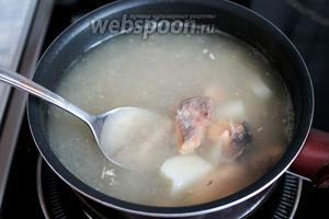 В суп ввести рыбу вместе с заливкой.
