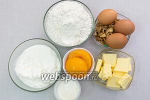 Для приготовления нам понадобятся: сахар, соль, мука, яйца, размягчённое сливочное масло, персики консервированные, молоко, корица, разрыхлитель, сода, орехи грецкие, сметана.
