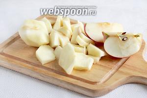 Яблоки очистить от кожицы и нарезать на дольки, не очень мелко.