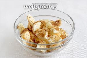 Сложить нарезанные яблоки в миску, посыпать сахаром и корицей по вкусу, перемешать. Чем кислее яблоки, тем больше сахара потребуется, потому что тесто совсем не сладкое.
