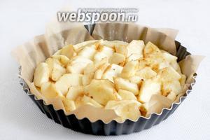 Кусочки яблок выложить хаотично. Если яблоки очень сочные, то можно тесто слегка присыпать крахмалом, не более половины чайной ложки.