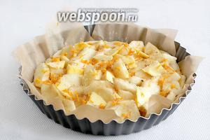 Посыпать яблоки цедрой апельсина и разложить кусочки сливочного масла. Поставить выпекать в разогретую до 190ºC духовку на 35 минут. За это время яблоки должны слегка подрумяниться и стать мягкими, а тесто полностью пропечься.