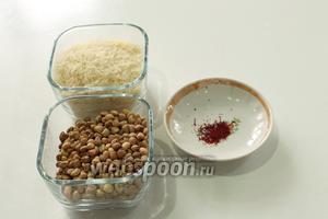 Для плова с машем понадобятся: длинный рис, бобы маш, щепотка шафрана, несколько столовых ложек топлёного сливочного масла и соль.