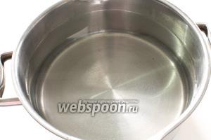 В кастрюлю с высокими стенами налить воду. На 2 стакана риса берётся 3,5 литра воды. Поставить на огонь для закипания.