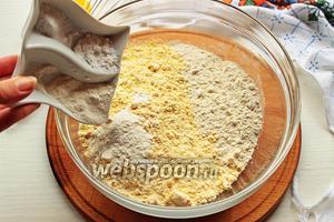 Смешать все сухие ингредиенты: оба вида муки, соль, соду, разрыхлитель.