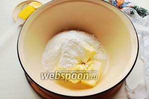 Масло (размягчённое) взбить с сахаром и ванильным сахаром.