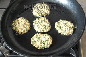В сковороде разогреть растительное масло. Массу выкладывать столовой ложкой придавая оладьям форму.