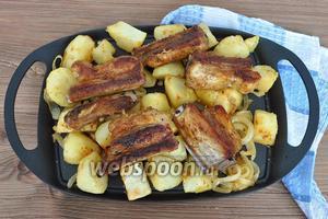 Готовые рёбра подавать горячими, с соленьями или свежими овощами.
