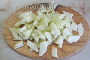 Яблоко почистить от кожуры и порезать примерно так же, как и огурцы.