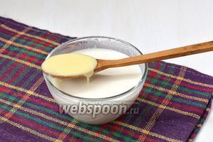 Меньшую часть соединить со сгущённым молоком и размешать до растворения молока.