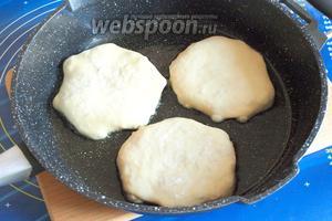 В сковороде разогреть подсолнечное масло и выкладывать плацинды защипами вниз и слегка прижав лепёшку ладонью. Жарить на небольшом огне.