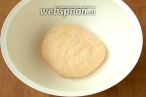 Муку следует добавлять постепенно, пока не получится мягкое, не липнущее к рукам тесто.