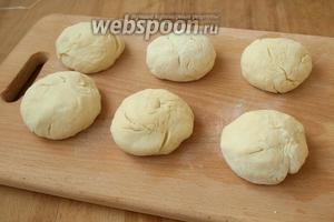 Разделить полученное тесто на 6 частей.