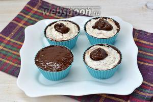 Сверху залить шоколадом и разровнять его. Поставить в холодильник на 15 минут или в морозильную камеру на 5 минут.